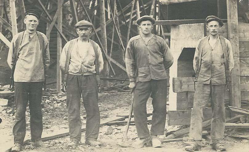 Arbetare vid bygget av det röda kolhuset